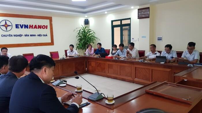 ông Nguyễn Văn Thành Giám đốc EVN Gia Lâm cùng các thành viên kỹ thuật