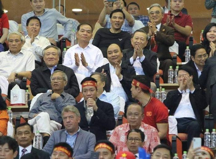 Thủ tướng Nguyễn Xuân Phúc và nhiều thành viên Chính phủ cổ vũ đội tuyển bóng đá nam quốc gia Việt Nam tại sân Mỹ Đình trong trận lượt về gặp Philippines. Ảnh: Đức Đồng.